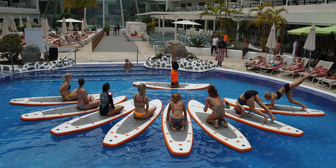 Stand Up Paddle Yoga y Pilates en la piscina del hotel